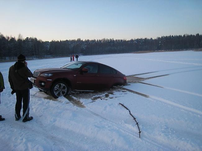 Kā minētajā forumā norāda... Autors: Cumosniks Božu ūdenskrātuves ledū ielūzt divi 'BMW'