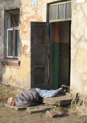 Tu mēģini atvērt durvis ar... Autors: Verbatim 15 pazīmes, ka esi pārdzēries