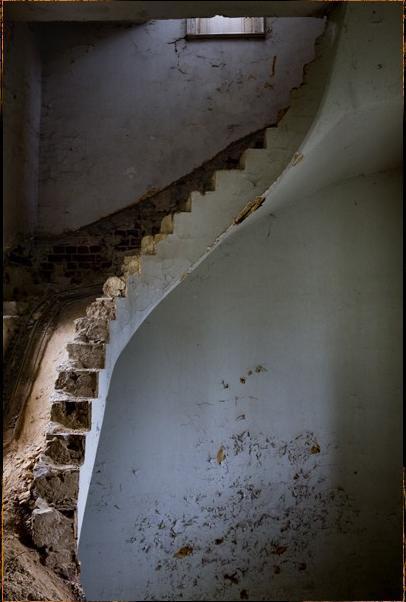 Pulksteņtorņa kāpnes Autors: LittleWolf Pamestā Château de Noisy (Miranda)