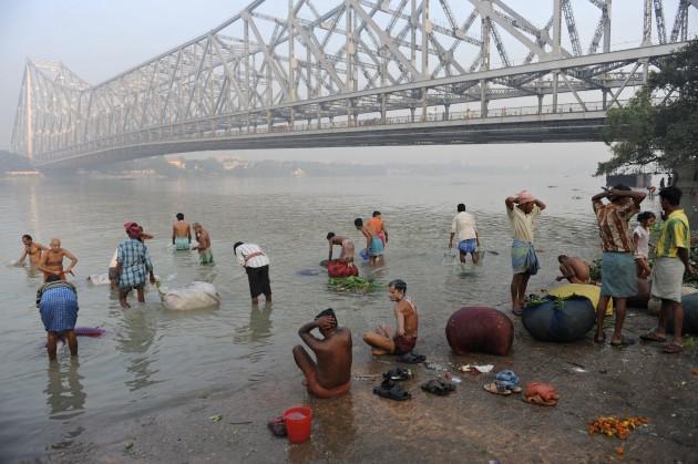Indieši mazgājas Gangā turpat... Autors: zitux Mazgāšanās - tradīcijas un ticējumi.