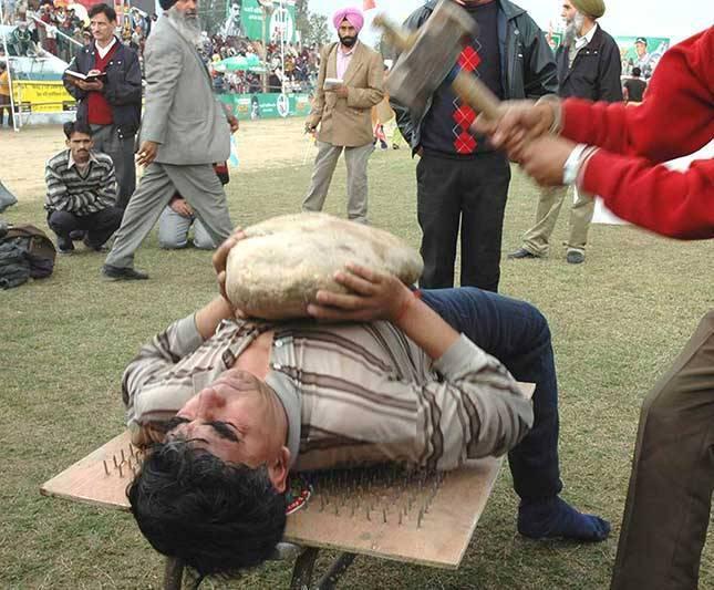 Akmens spiešana guļus guļot uz... Autors: pusniks Mini Olimpiskās spēles Indijā