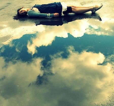 šeit meitene guļ uz asfalta un... Autors: Laur1s tas nav photoshop
