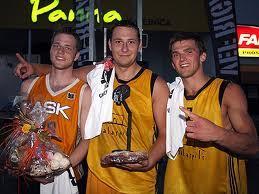 Raimonds Ozoliņš  Kreisajā... Autors: Fosilija Kādas meitenes patīk basketbolistiem?
