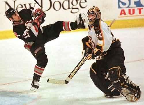 4 vieta  Hokejs Slidas liels... Autors: trakaiis TOP 10 bīstamākie sporta veidi