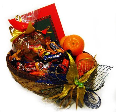 Pīts grozs  pilns ar konfektēm... Autors: Fields Pāris idejas Z-svētku dāvanām