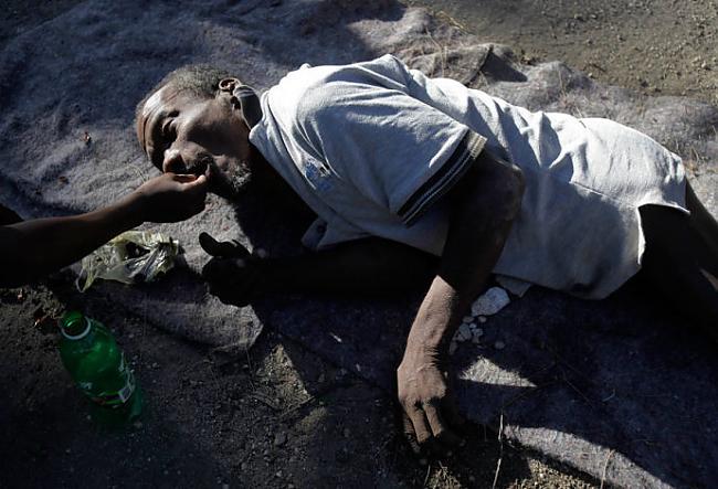 Autors: Fosilija Haiti iemītnieki pēc zemestrīces.