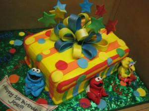 Kūka kā dāvana un sānos kādi... Autors: DP Arodeyz Episkās kūkas.