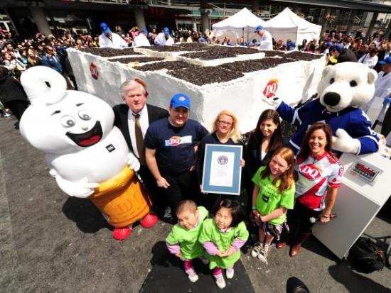 nbspKūkā izmantoti 9000 kg... Autors: theGameHasJustBegun Pasaules lielākā saldējuma kūka.
