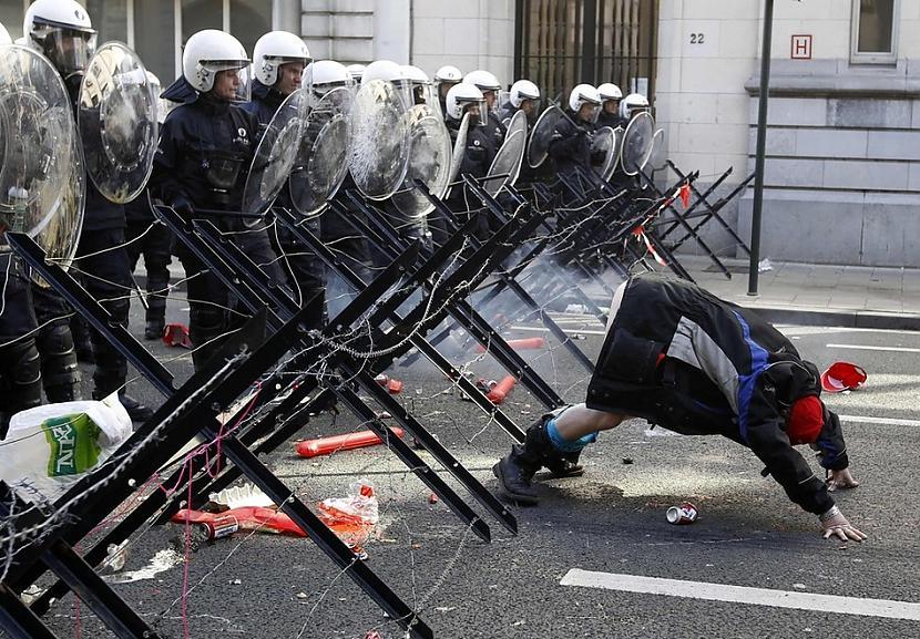 Demonstrētājs parāda viņa... Autors: cuchins Aizvadītā 2011 spēcīgākās bildes!