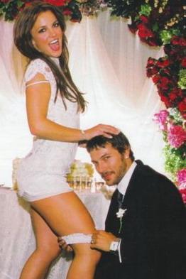 2004 gada 18 septembrī... Autors: Sofīte 10 pasaules bezgaumīgākās kāzu kleitas