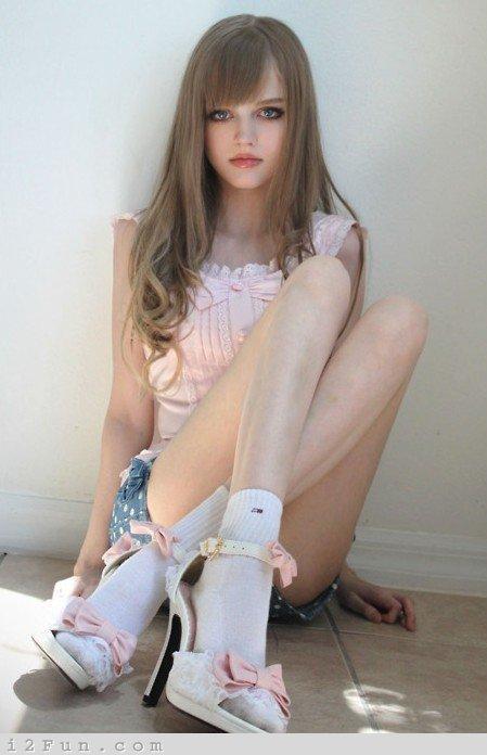 Autors: dzelksnis Dakota Rose .... A girl looks like a doll