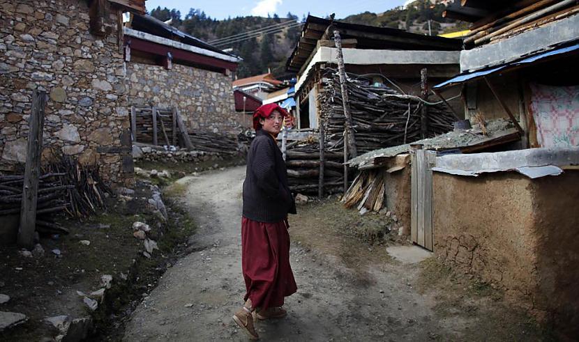 Tibetiescaronu mūķene dodas... Autors: gnosin Tibetiešu sieviešu klosteris