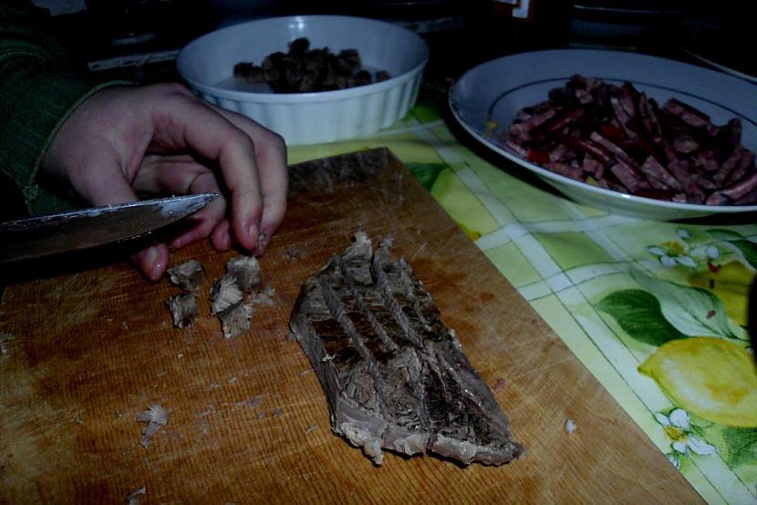 """Kad gaļa atdzisusi griežam... Autors: Fosilija Kā pagatavot """"ROLTONU""""  :)"""