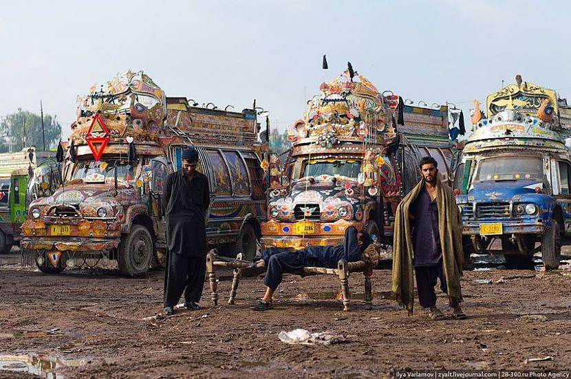 Šoferi gaidot kārtējo reisu  Autors: Administrācija Pakistānas autobusu parks