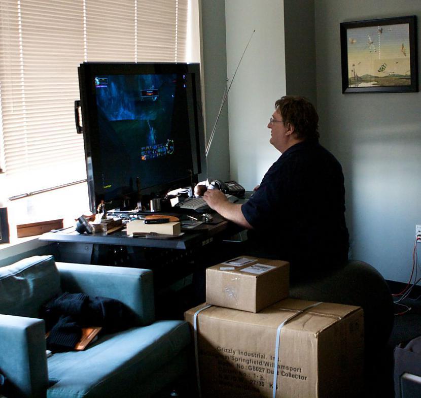 Geibs Ņūvels firmas dibinātājs... Autors: Mrchair Valve software office.