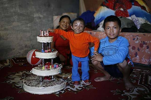 Svecītes nopūstas Viena no... Autors: dunduciene Pasaulē mazākais cilvēks sasniedz pilngadību un meklē s