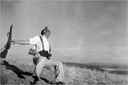 Roberta Capa slavenā... Autors: Laur1s vienas no pasaulē slavenākajām samontētajām bildēm