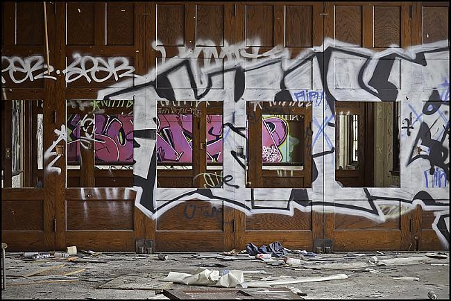 Caurumi sienā Autors: Samaara Pamesta vieta 40: pamatskola