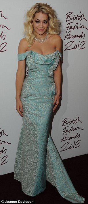 Autors: Fosilija Britu modes balvas viesu krāšņie tērpi