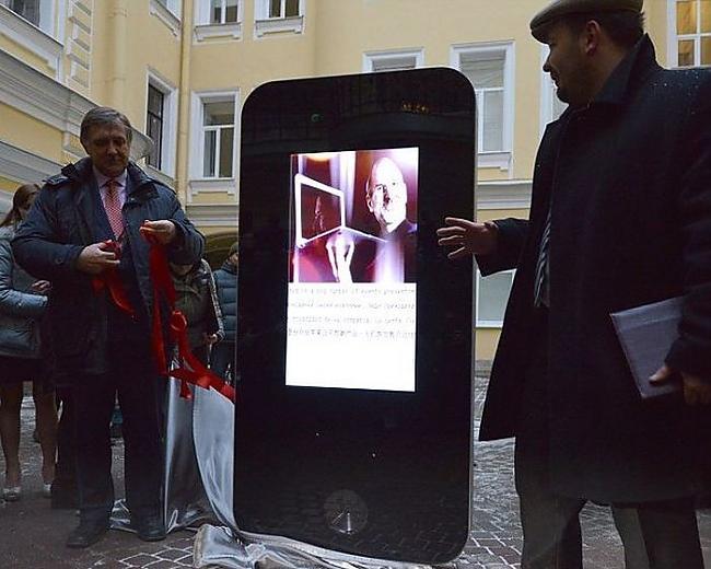 Autors: lotinjaa iPhone 5 piemineklis,kas veidots  Stīva Džoba piemiņai.