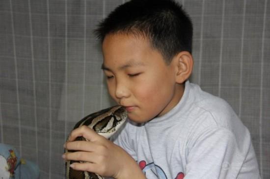 Kāda ģimene no Dongguan Ķīnā... Autors: Moonwalker Mana auklīte - milzu pitons