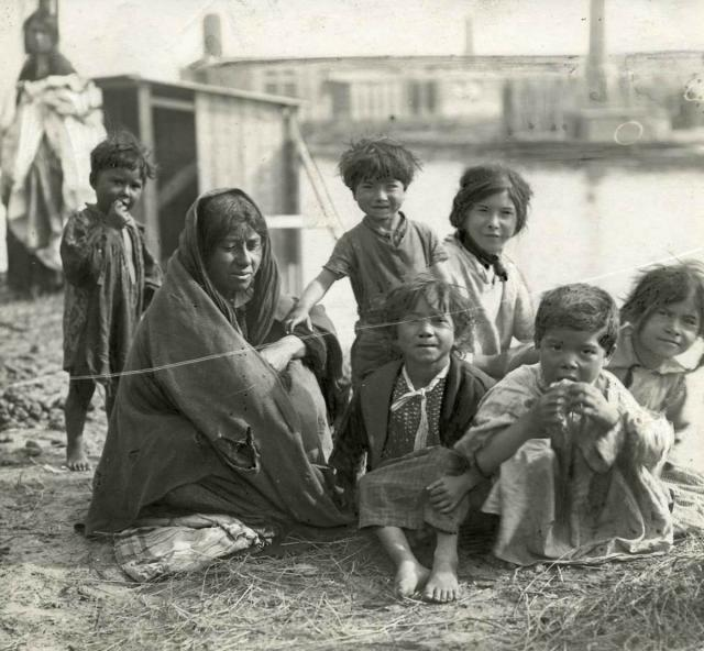 Māte ar bērniem čigānu taborā... Autors: anney Čigāni Eiropā