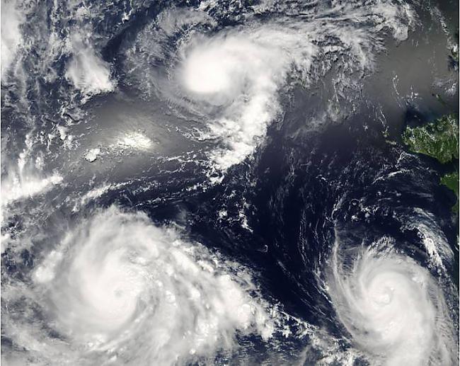 Trīs viesuļvētras vienlaicīgi Autors: Prāta Darbnīca Neparasti attēli no Zemes orbītas