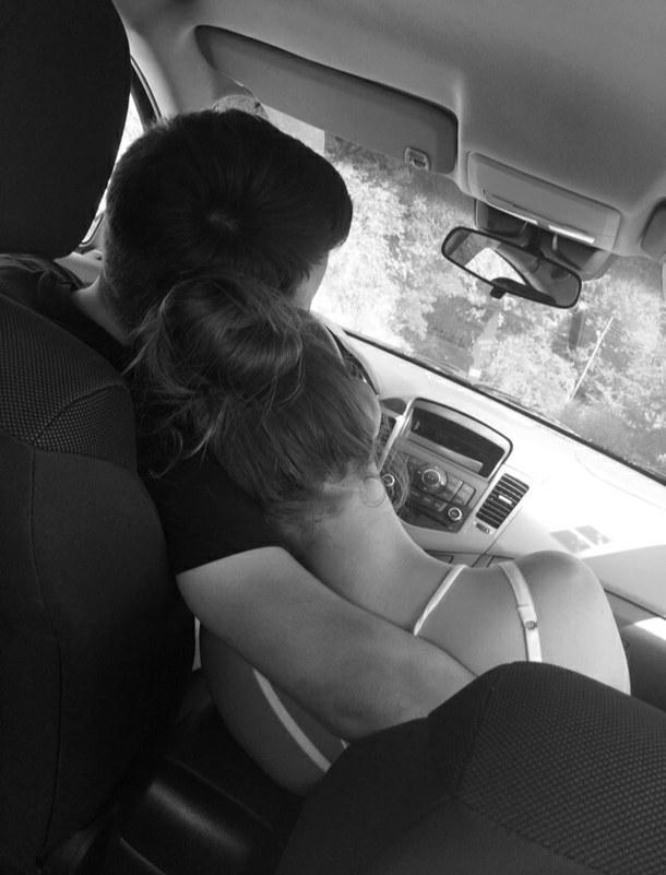 Обнимает в машине картинки