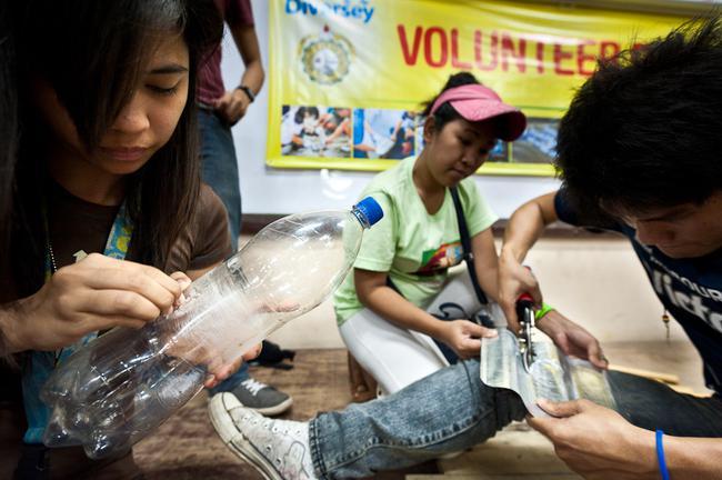 Lieliska ideja būtu beigt mest... Autors: kaķūns Gaisma no plastmasas pudelēm un balinātāja