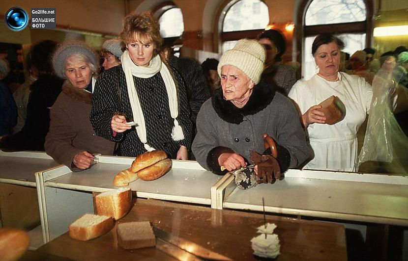 Rinda pēc maizes agrāk nebija... Autors: ghost07 Dzīve padomju savienībā (17 unikālas, krāsainas fotogrāfijas)