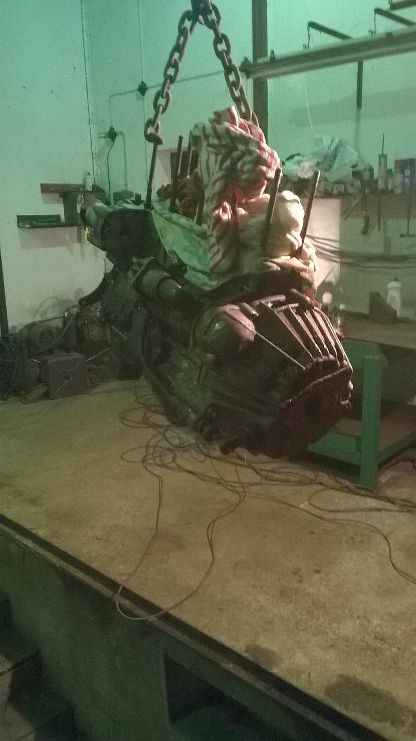 Motoreli izcēlām nolaidām lejā... Autors: jankus22 Moskvich 2140 celšana gaisā 2