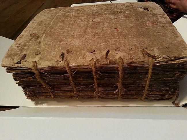 Scaronī bībele tika iespiesta... Autors: Sātans Tā izskatās gandrīz 400 gadus veca bībele.
