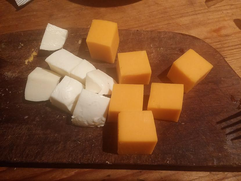 Pildījumam izvēlēto sieru... Autors: Fosilija Pildītās tītara gaļas bumbiņas siera-tomātu mērcē