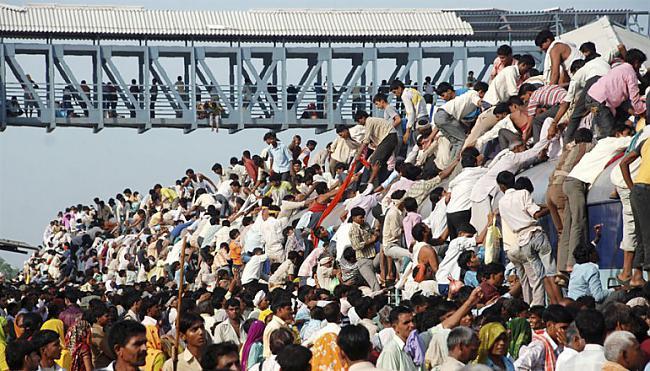 Hindusistu svētceļnieki Indijā... Autors: Fosilija Pasaules pārpildītākie vilcieni tev liks iemīlēt Rīgas trolejbusus