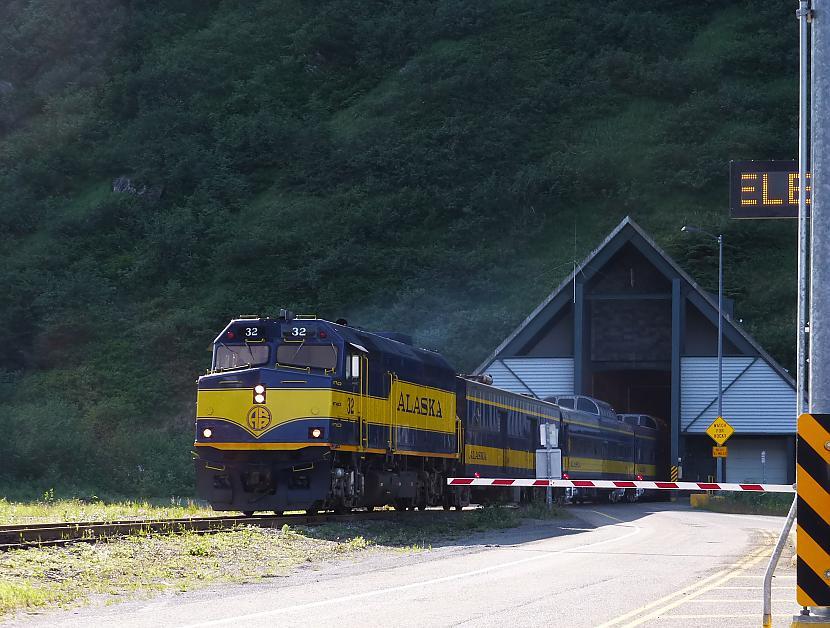 Vilciens izbrauc arā no tuneļa Autors: BodyBoard Pilsētiņa 200 iedzīvotājiem!