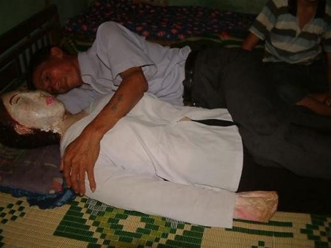 Līdz scaronim vīrietim neviens... Autors: kaķūns Vīrietis guļ ar sievas līķi