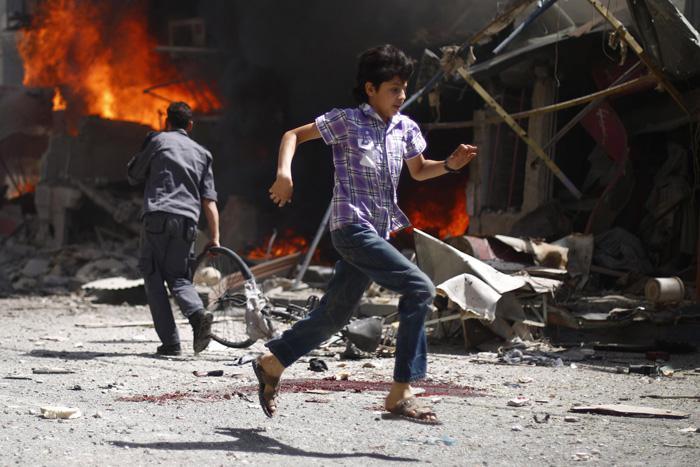 Sīrijas zēns skrien garām... Autors: Lords Lanselots Kas liek Sīriešiem bēgt uz Eiropu???