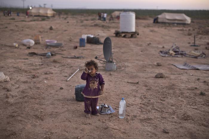 Bērns dzer tēju pie telts kurā... Autors: Lords Lanselots Kas liek Sīriešiem bēgt uz Eiropu???