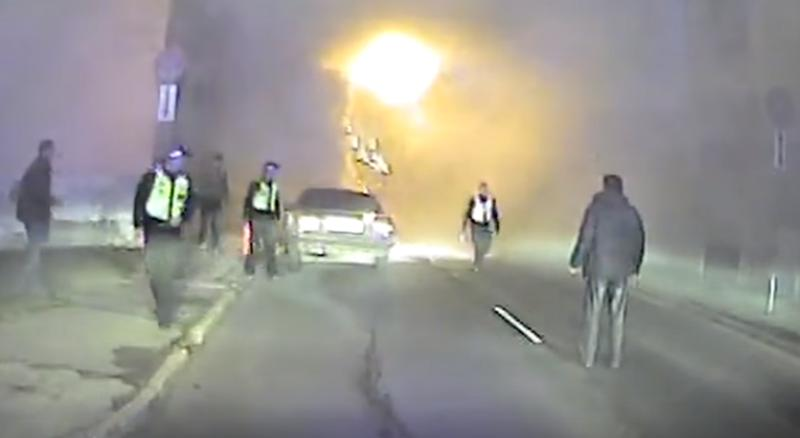Pascaronvaldības policija... Autors: zeminem Pašvaldības policija Rīgas ielās mēģina dzēst degošu auto! Bet kaut kas notiek..