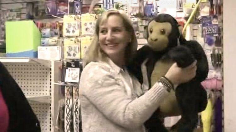 ldquoKad es... Autors: zeminem Sieviete izpirka rotaļlietu veikalu- labdarības dēļ!