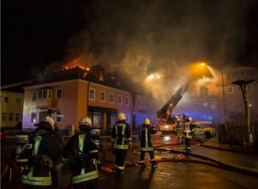 Autors: Skutaismerkakis Vācijā liesmas aprij bēgļu centru – pūlis sajūsmā gavilē un pat kavē tā dzēšanu!