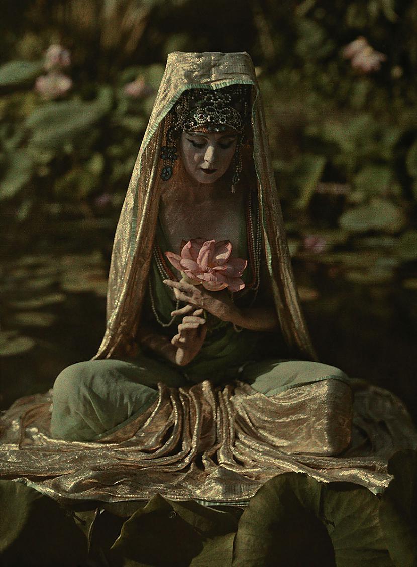 Sieviete pārvērsta kā... Autors: me guusta 16 agrāk nepublicēti foto no National Geographic arhīviem,kas aizraus elpu!
