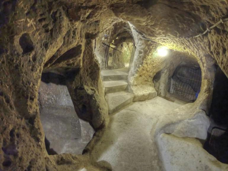 Autors: Fosilija Vīrietis netīšām atklāj 3000 gadu vecu pazemes pilsētu