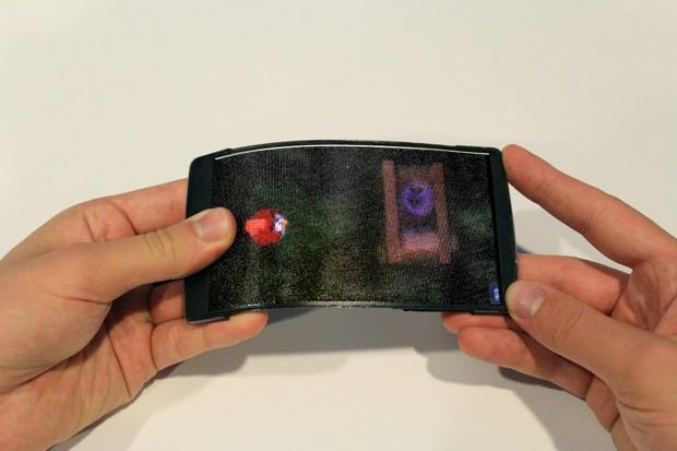 Autors: gufij7 Demonstrēts pirmā lokanā hologrāfiskā viedtālruņa HoloFlex prototips