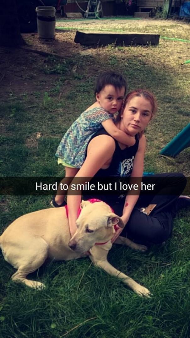 Ir grūti smaidīt bet es viņu... Autors: matilde Šī sieviete iemūžināja sava mirstošā suņa pēdējo dienu