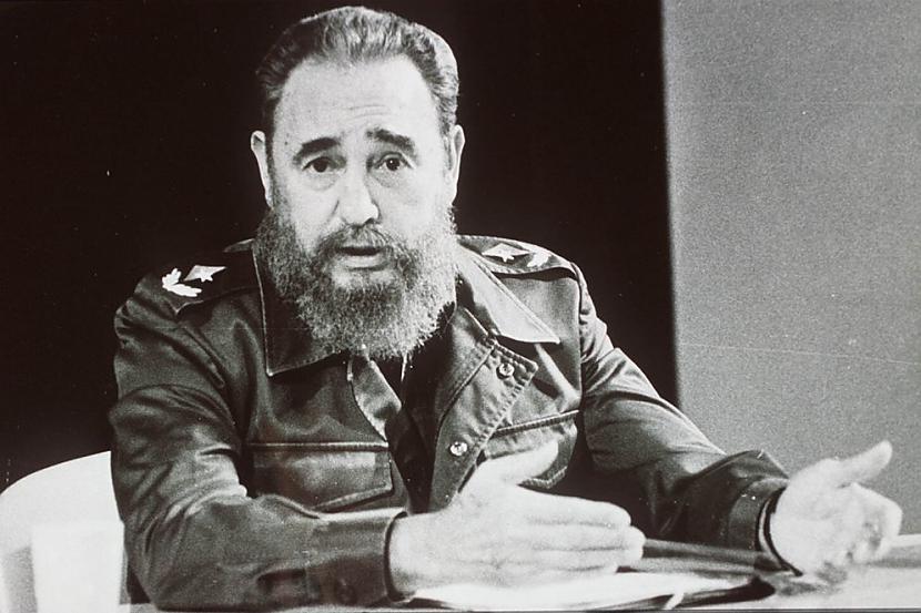Fidelam Kastro starp palmām un... Autors: Heroīns14 Diktatoru pusdienas.