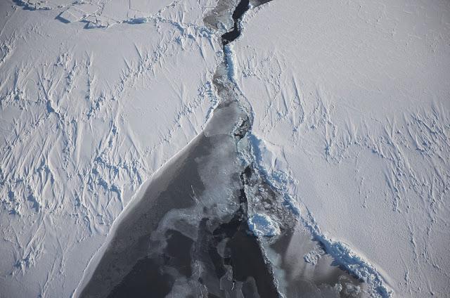 Ledus plaisa Scaronādas... Autors: 100 A Lidojums virs Antarktikas, NASA operācija «Ledus Tilts»!