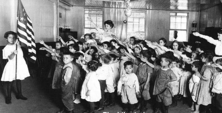 Iedzīvotāji izrādīja... Autors: Lestets Kā amerikāņu bērni agrāk salutēja karogam?