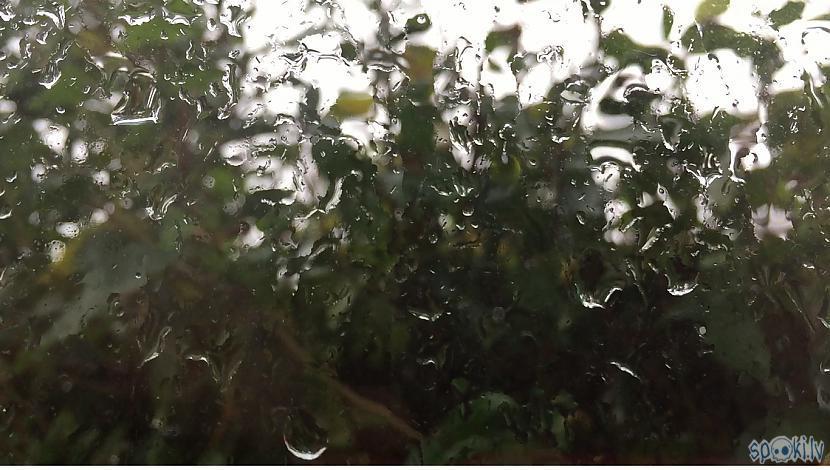 Autors: Charged Kad lietus un vēji sitas logā.