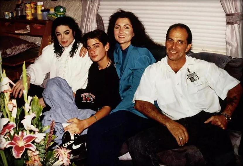 "bildēnbspSeifčaks ar ģimeni... Autors: llvllagic777 Fakti nemelo. Cilvēki melo. Patiesība par filmu ""Leaving Neverland"""